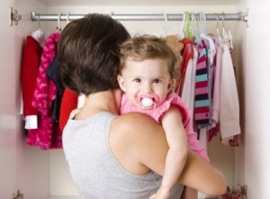 Mutter vor dem Kleiderschrank